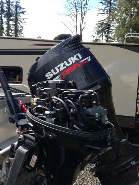 Suzuki 20 hp EFI kicker on hydraulic bracket | Bloodydecks