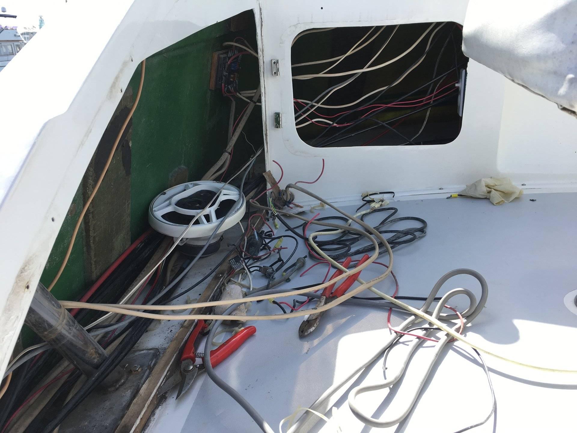 28 Bertram Work In Progress Bloodydecks Boat Wiring Job Img 4215